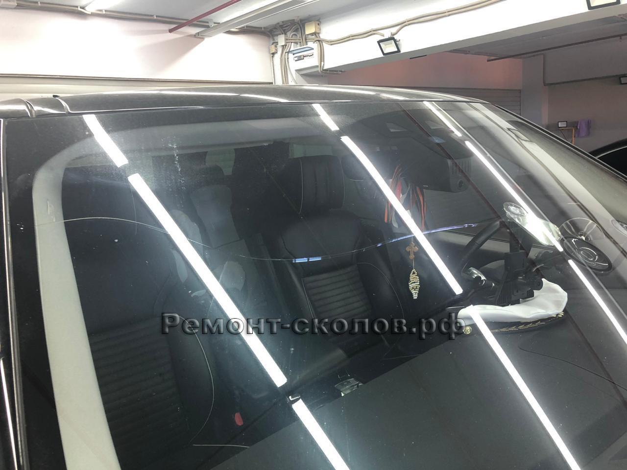 Процесс ремонта скола и трещины на лобовом стекле Land Rover Discovery в ЮЗАО